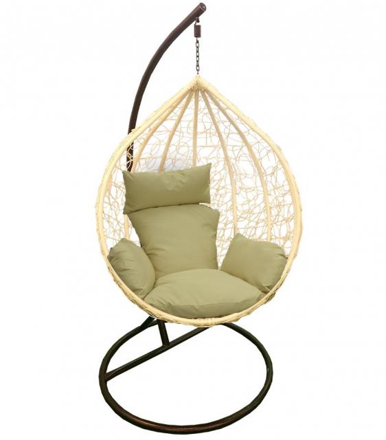 Бежевое подвесное кресло из ротанга на опоре